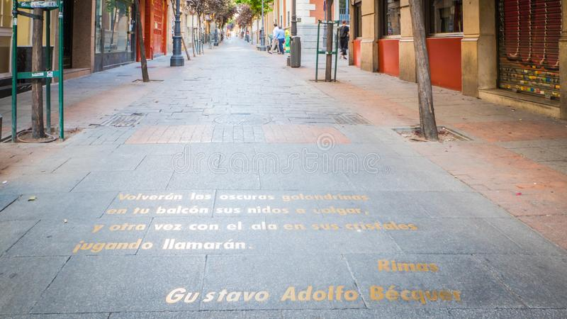 Citationstecken på jordningen i den litterära fjärdedelen eller barrioen de las letras i Madrid, Spanien royaltyfri bild