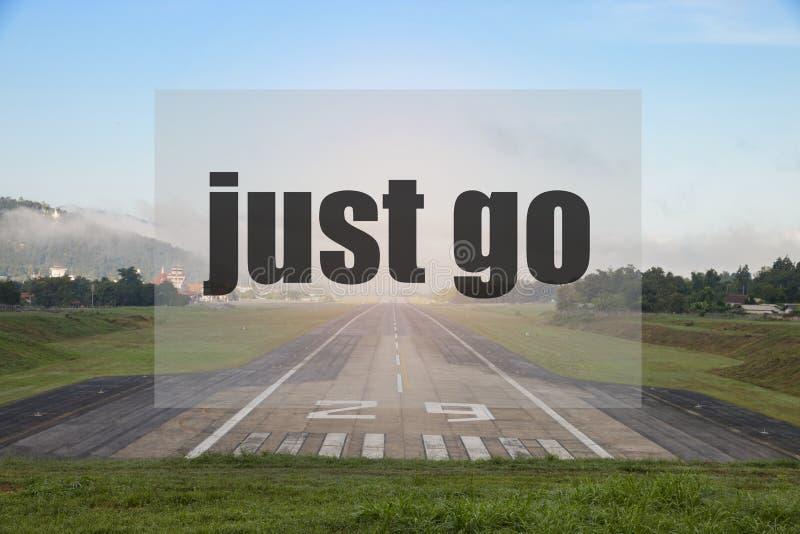 Citazione ispiratrice con la pista dell'aeroporto - motivazione creativa d'ispirazione immagine stock libera da diritti