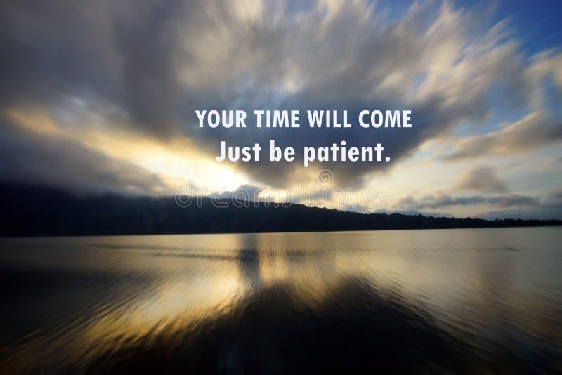 Citazione motivazionale ispiratrice - il vostro momento verrà Sia appena paziente Con il modello precipitante delle nuvole nel ci immagini stock libere da diritti