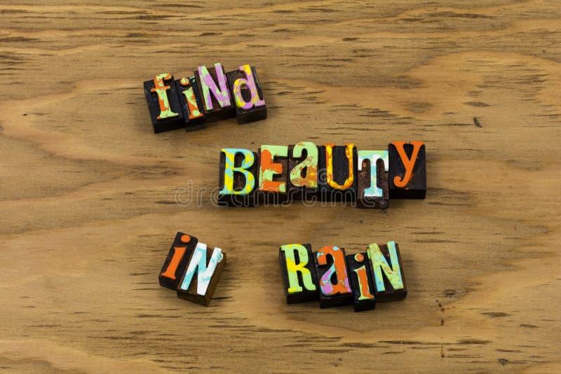 Citazione naturale dello scritto tipografico della bella natura delle gocce di pioggia di bellezza fotografia stock