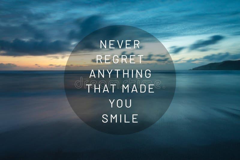Citazioni ispiratrici di vita - non si rammarichi mai di qualche cosa che vi abbia incitato a sorridere fotografia stock libera da diritti
