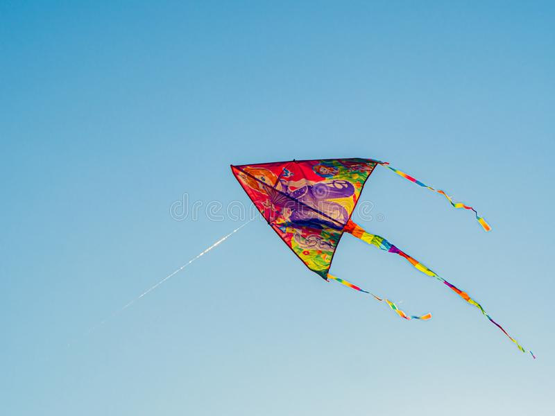 Cite Colorata Che Volano Nel Cielo Blu Del Vento Volando Un Kite In Alto immagine stock