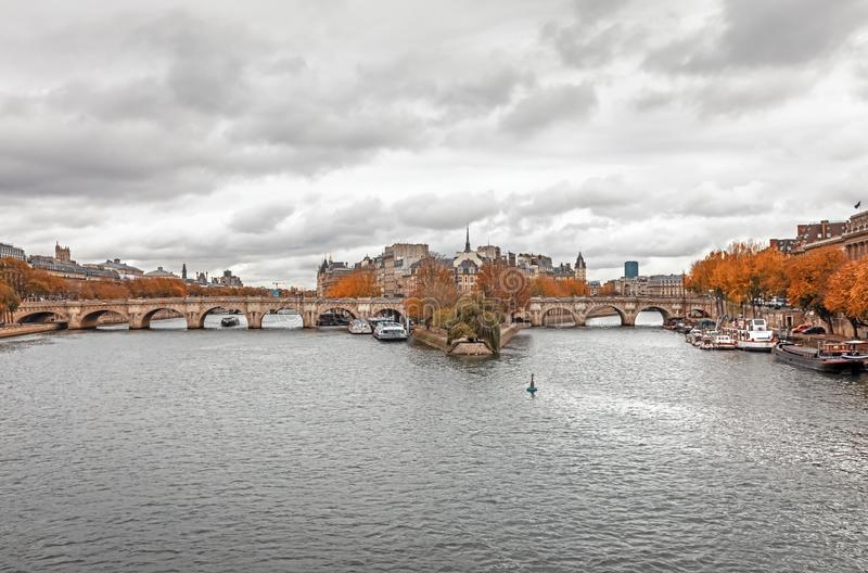 Citera ön och överbrygga Neuf i Paris arkivbilder