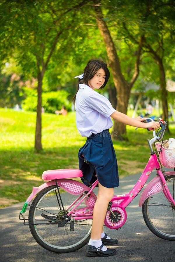 Citera den asiatiska thailändska skolflickastudenten i fashio för högstadiumlikformig arkivfoton