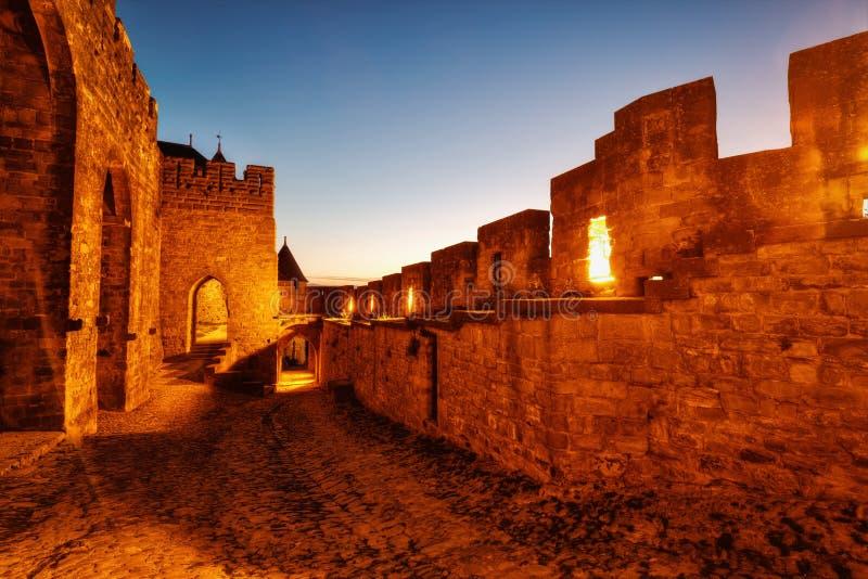 Citez De Carcassonne, la France, petites allées pendant le coucher du soleil photos stock