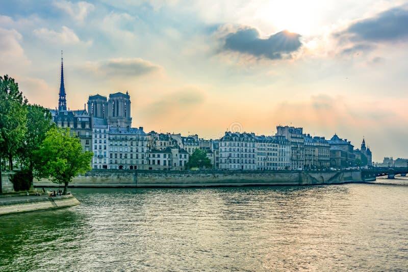 Citez l'île avec la cathédrale de Notre Dame De Paris au coucher du soleil, Paris, France image libre de droits