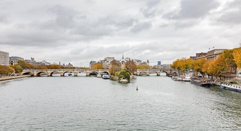Citez l'île et le pont Neuf à Paris photographie stock libre de droits