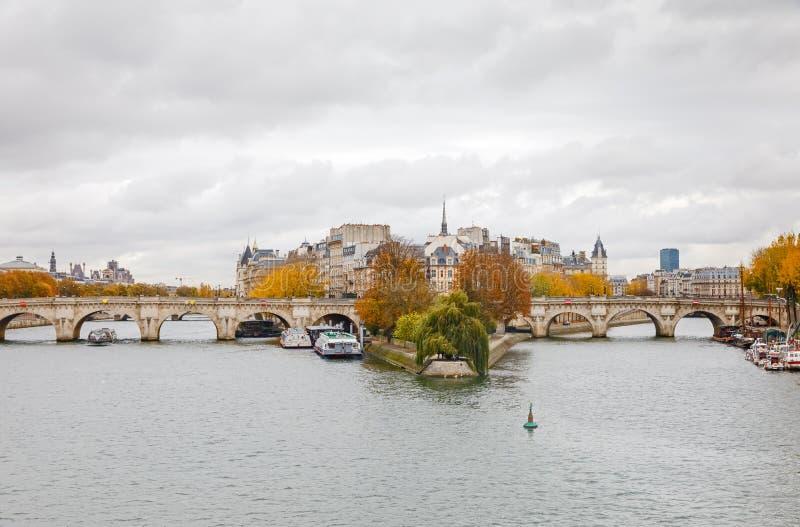 Citez l'île et le pont Neuf à Paris photo stock