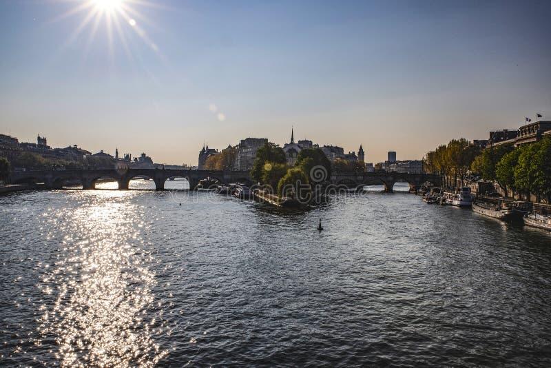 Citez l'île et le Pont Neuf, le pont en pierre le plus ancien à travers la Seine à Paris image stock