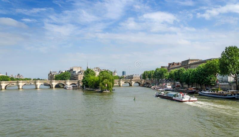 Citez le pont d'île et de Pont Neuf au centre de Paris photos stock