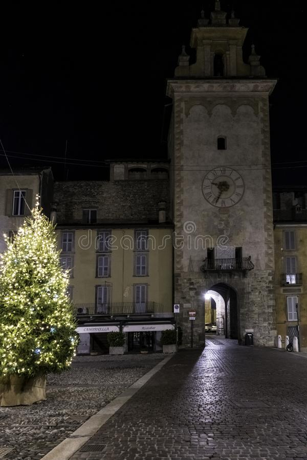 Citia Alta, nocy scena z mokrymi brukować ulicami w starym miasteczku historyczny Bergamo zdjęcie royalty free