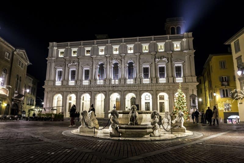 Citia Alta, nocy scena z mokrymi brukować ulicami w starym miasteczku historyczny Bergamo zdjęcie stock