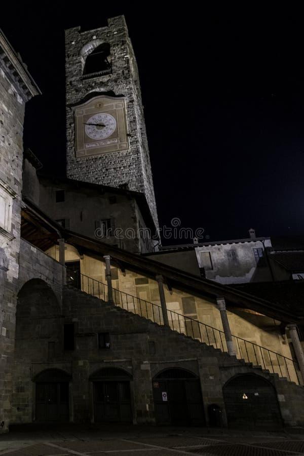 Citia Alta, nocy scena z mokrymi brukować ulicami w starym miasteczku historyczny Bergamo obrazy royalty free