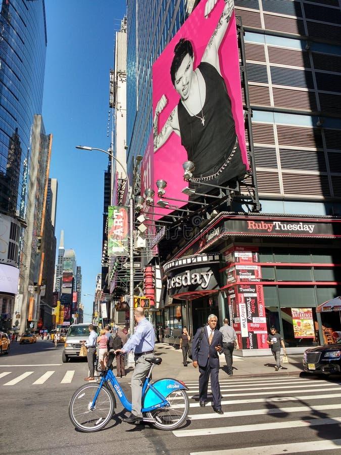 Citifiets Rider Near Times Square, NYC, NY, de V.S. royalty-vrije stock afbeeldingen