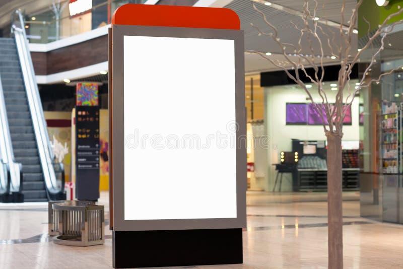Citilayts с пустым экраном стоит в megastore стоковые изображения rf