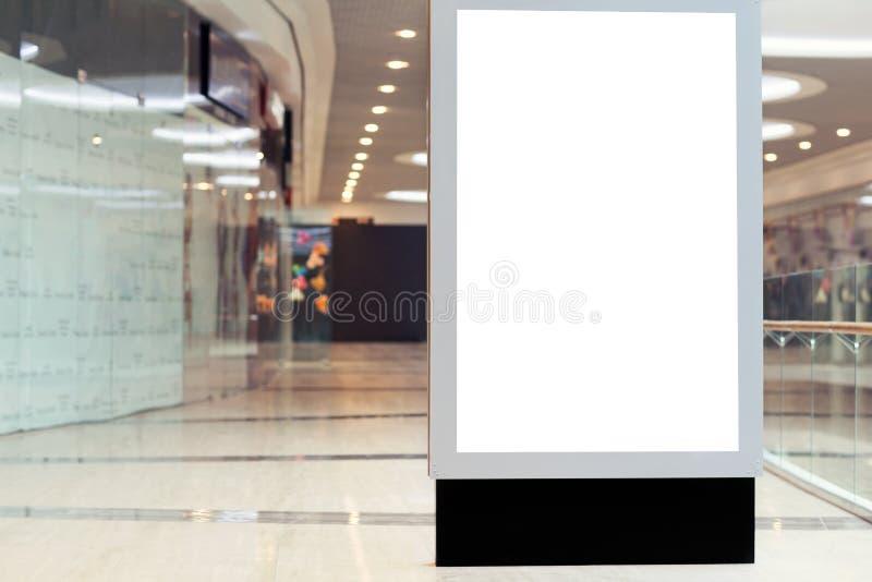 Citilayts с пустым экраном стоит в megastore стоковые изображения