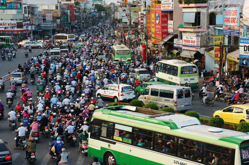 Citoyen asiatique avec surchargé du véhicule privé images stock