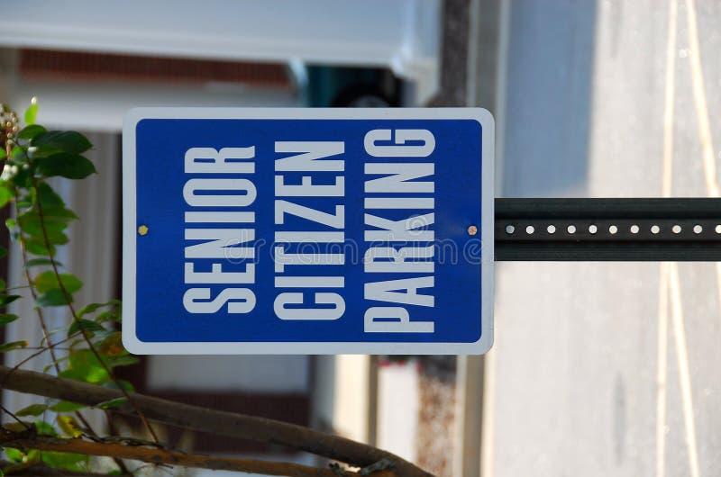 citoyen stationnant le signe aîné photographie stock libre de droits