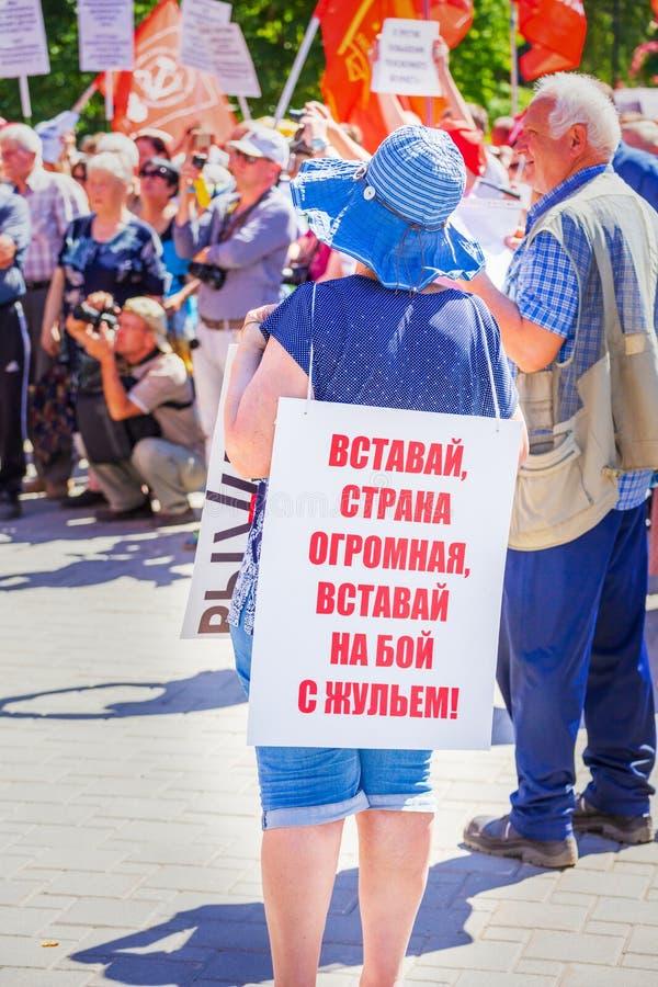 Citoyens russes à un rassemblement contre soulever l'âge de retraite images stock