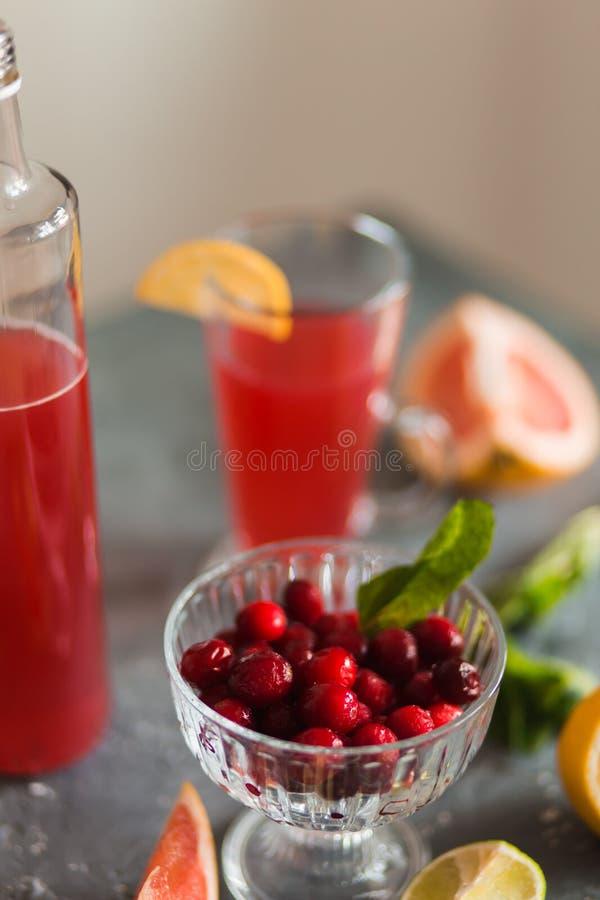 Citrino e limonada na tabela no ver?o fotos de stock