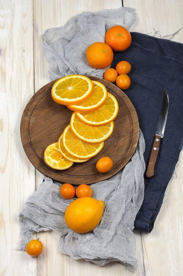 Citrino maduro fresco Limões, kumquat e laranjas na tabela de madeira imagens de stock royalty free