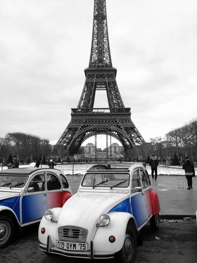 Citroën 2CV onder de Toren van Eiffel in Parijs, Frankrijk royalty-vrije stock afbeeldingen
