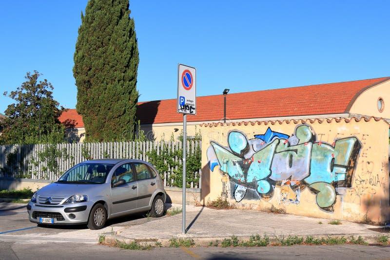 Citroen bil nära den gula väggen i Pisa, Italien fotografering för bildbyråer