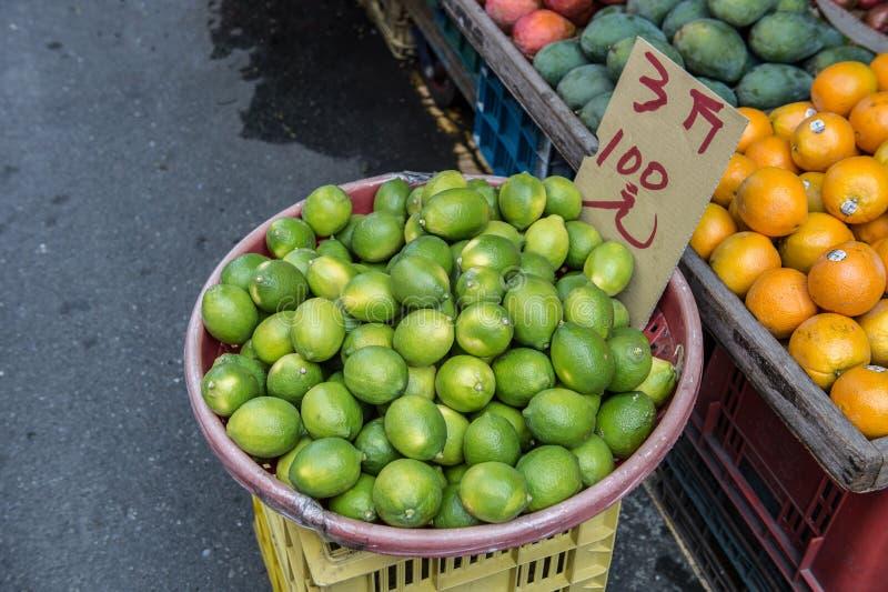 Citroen in de plantaardige markt in close-up royalty-vrije stock afbeelding