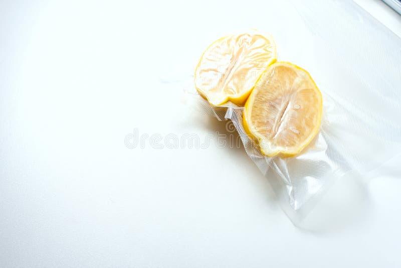 citroen in een vacuümverpakking Sous -sous-vide, nieuwe technologiekeuken royalty-vrije stock fotografie