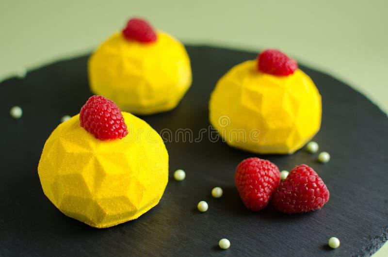 Citroen en frambozen minimoussecakes royalty-vrije stock afbeelding