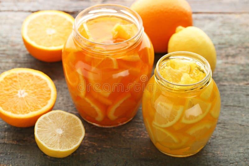 Citroen en oranje jam stock afbeeldingen
