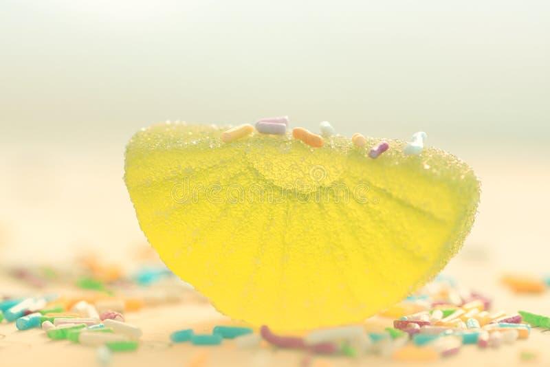 Citroen gesneden suikergoed in suiker stock foto's