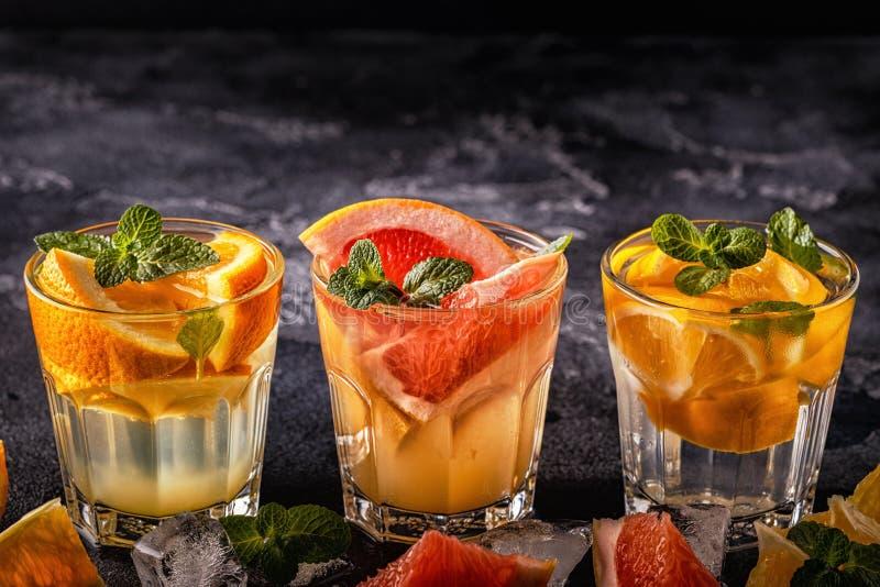 Citroen, grapefruit, oranje eigengemaakt gegoten cocktail/detox fruit stock foto's