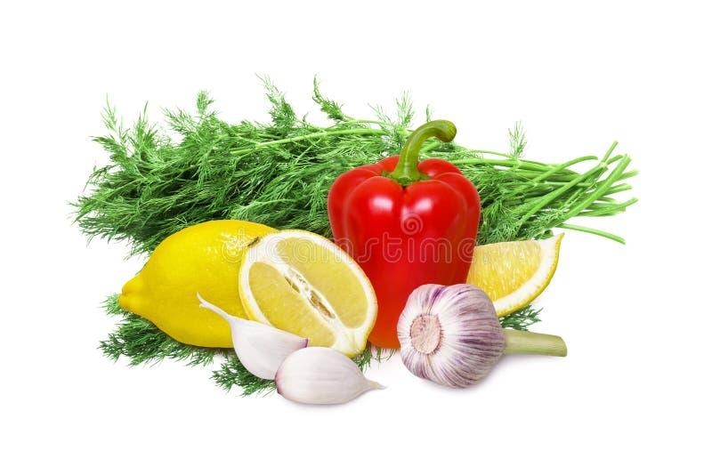 Citroen, knoflook, groene paprika en groene verse die dille op witte achtergrond wordt geïsoleerd stock foto's