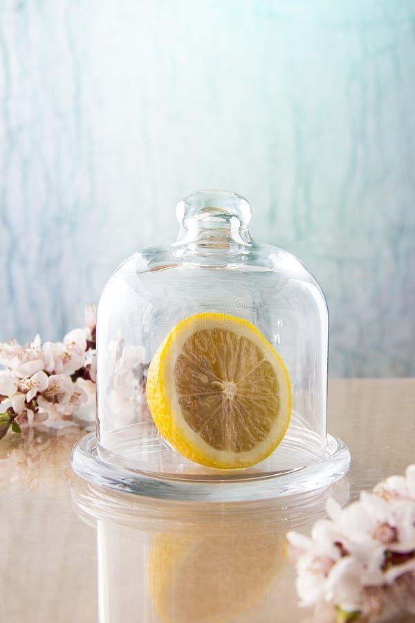 Citroen koeldrank citroen onder de dekking Ochtend Glastuimelschakelaar stock afbeeldingen