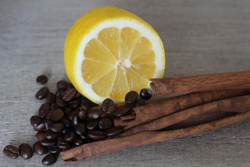 Citroen, koffiebonen en kaneel stock afbeeldingen