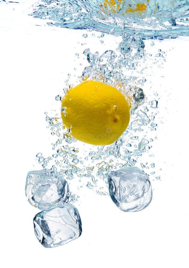 Citroen in water royalty-vrije stock fotografie