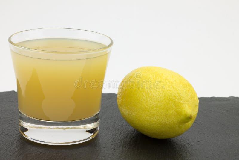 Citroenen en citroensap stock afbeelding