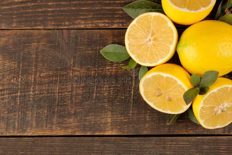 Citroenen en kalk Verse citroen met bladeren op een bruine houten lijst Mening van hierboven Vrije ruimte stock foto