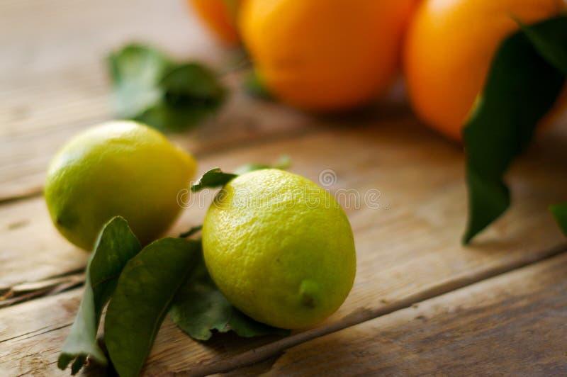 Citroenen met sinaasappelen op de lijst royalty-vrije stock afbeelding
