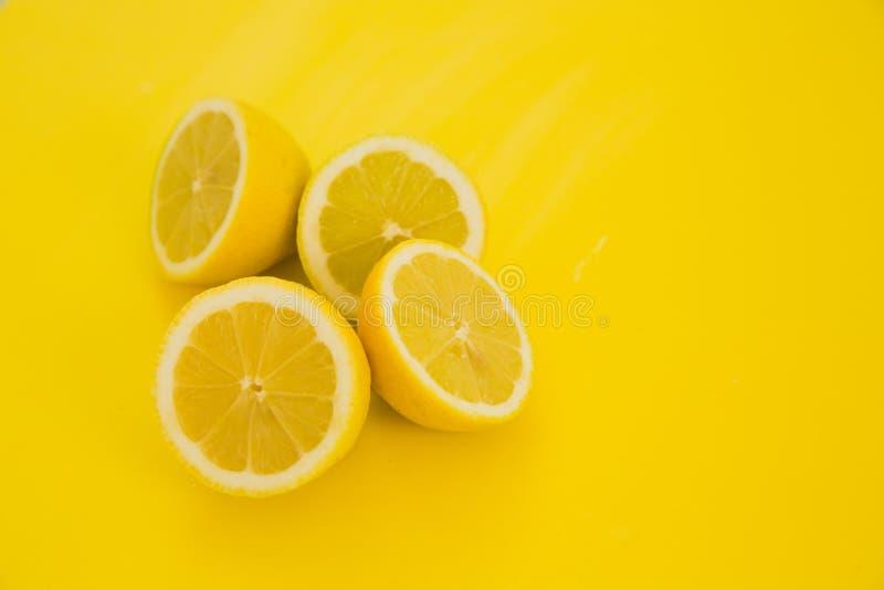 Citroenen op gele achtergrond stock afbeeldingen