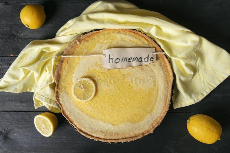 Citroenpastei met eigengemaakte etiquette op een zwarte lijst Boven mening van vers gebakken citrusvruchtendessert royalty-vrije stock foto's