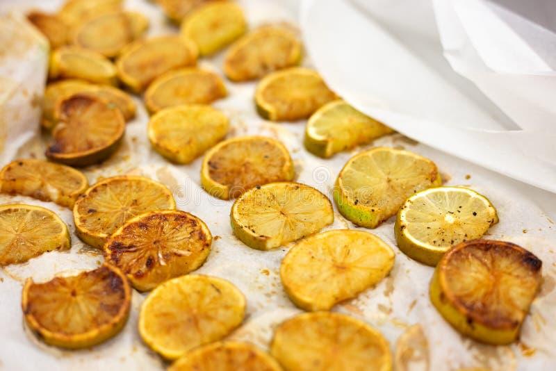 Citroenplakken op bakseldocument gekarameliseerd met culinaire toorts royalty-vrije stock afbeeldingen
