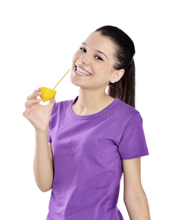 Citroensap drinkende vrouw stock foto's