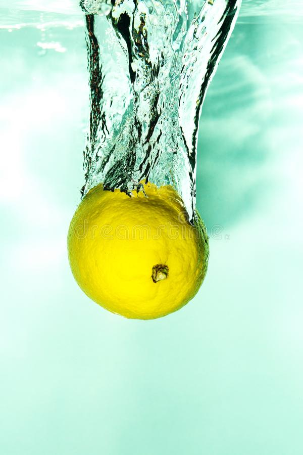 Citroenval in het water met plonsen, fruit en vitaminespla royalty-vrije stock foto's
