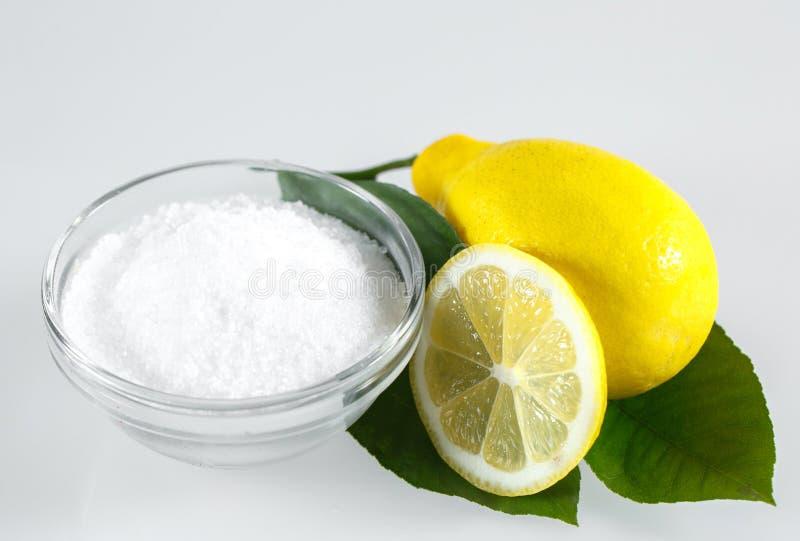 Citroenzuur en citroenvruchten op de witte achtergrond royalty-vrije stock afbeeldingen