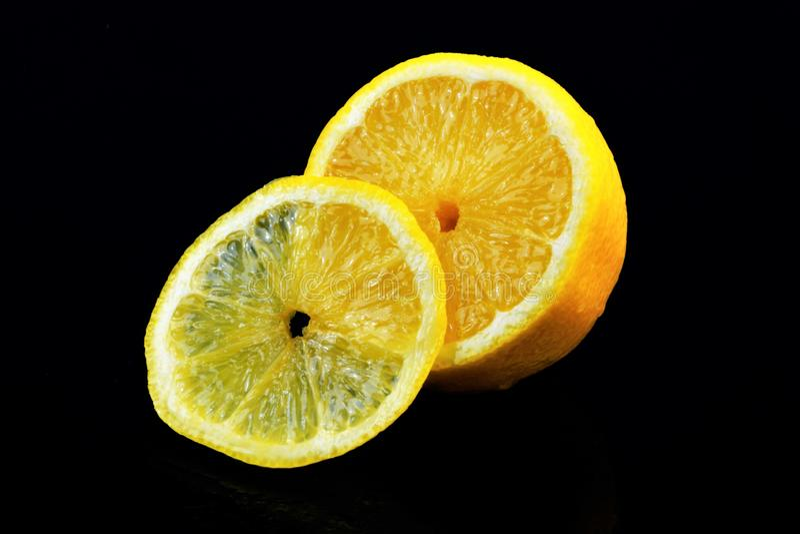 Citron-agrume, goût aigre, vitamines et cuisson Cultivé dans les pays avec le climat subtropical Fruits parfumés jaune citron photographie stock libre de droits