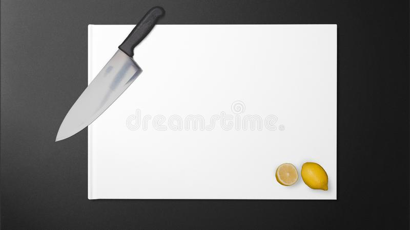 Citron coupé avec le couteau pointu dans la cuisine photo libre de droits