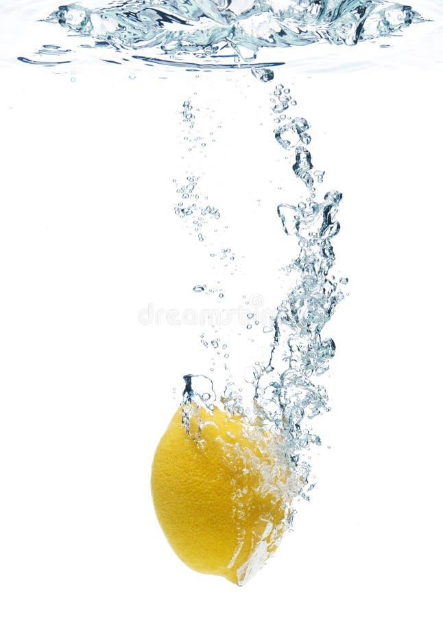 Citron dans l'eau photo stock