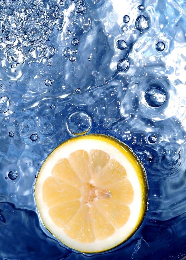 Citron dans l'eau photos libres de droits